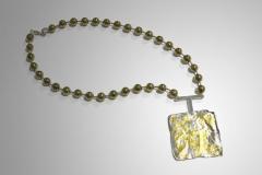 collar dorado con colgante cuadrado reticulado