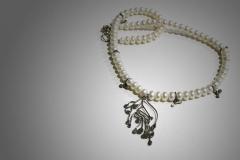 collar perlas con pieza laminada