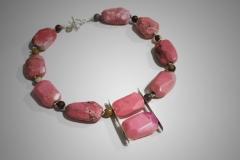collar rosa con colgante